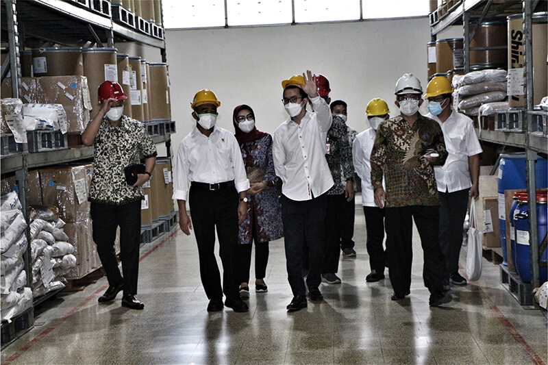 Kunjungan Menteri Koordinator Bidang Pembangunan Manusia dan Kebudayaan Untuk Meninjau Ketahanan Industri Di Kala Pandemi